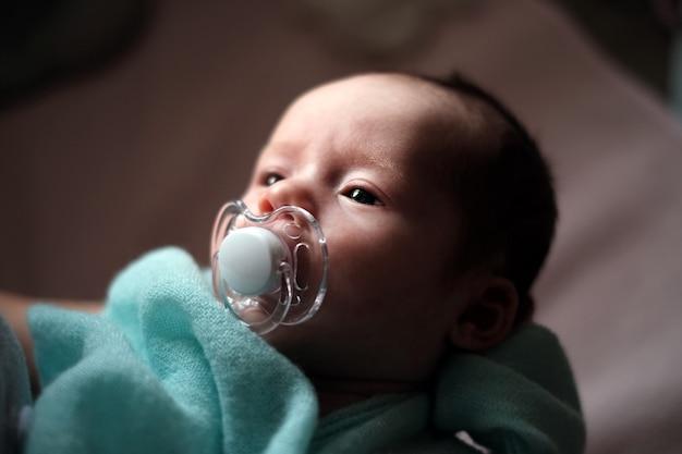 Recién nacida niña en manos de los padres