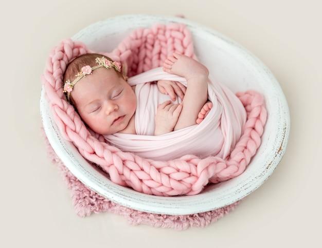 Recién nacido encantador durmiendo