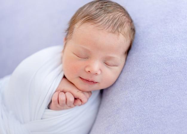 Recién nacido encantador sonriendo