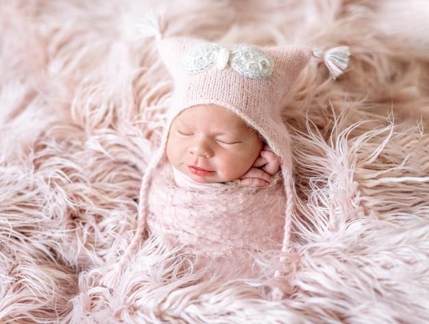 Recién nacido en manta rosa