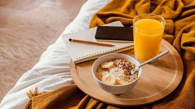 Recipiente con cereal y plátano alto ángulo