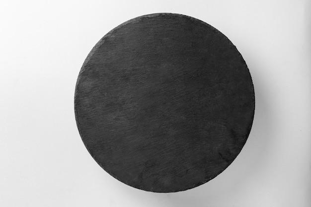 Recipiente de comida de placa negra aislado en blanco