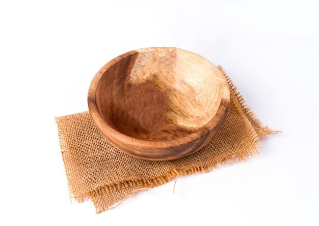 Recipiente de madera marrón redondo vacío sobre fondo blanco.