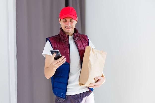 Recipiente de papel para comida para llevar. el repartidor lleva