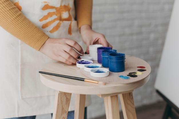 Recipiente de pintura de mano de primer plano