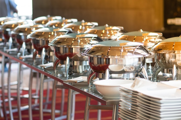 Recipiente de plata para comida en el buffet.