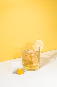 Recipiente de refrescante helado casero de limón ted con una bolsita de té