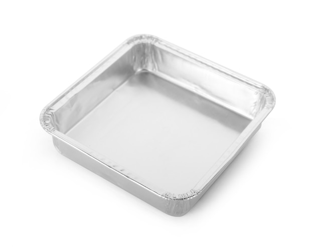 Recipiente vacío de papel de aluminio aislado sobre fondo blanco.