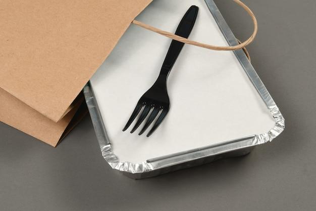Recipientes de aluminio para llevar comida caliente preparada para la entrega.