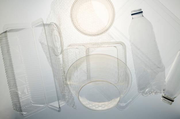 Recipientes de plástico limpiados antes de reciclar