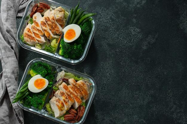 Recipientes de preparación de comidas saludables con pechuga de pollo.