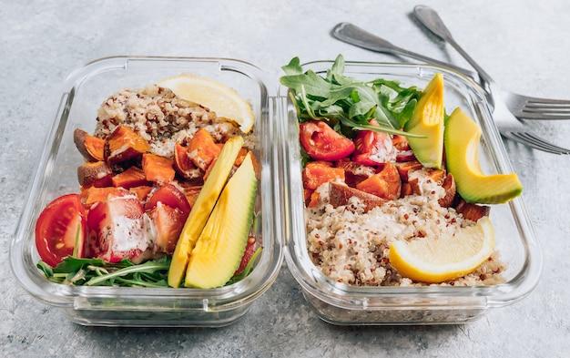 Recipientes de preparación de comidas saludables vegetarianas. verduras crudas y quinua para el almuerzo en mesa de luz.