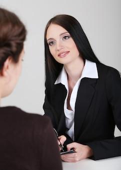 Reclutador de verificación de candidato durante la entrevista de trabajo