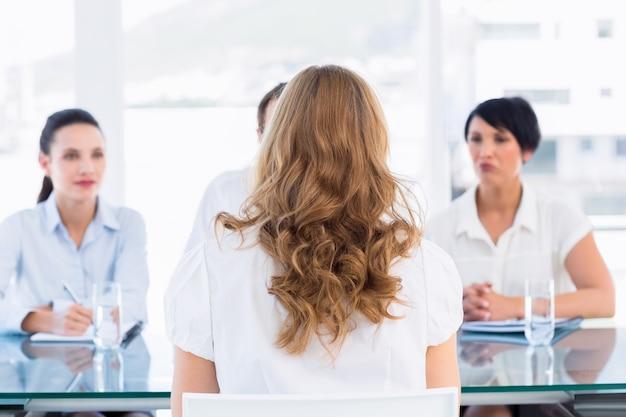 Reclutadores que controlan al candidato durante la entrevista de trabajo
