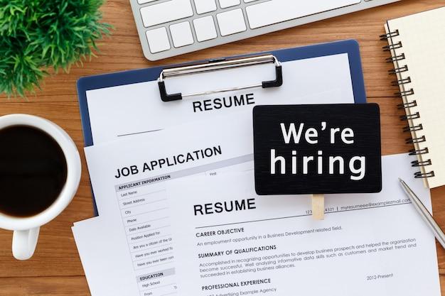 Reclutamiento laboral con signo de contratación