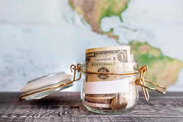 Recoger dinero para viajar. lata de vidrio como hucha con ahorros