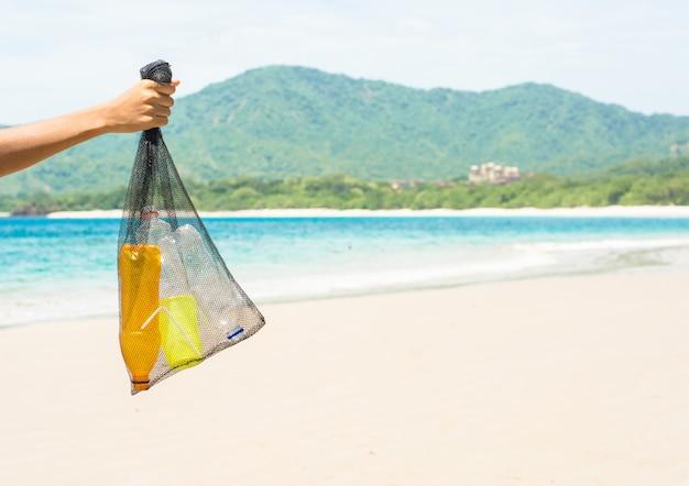 Recoger plástico de la playa reciclar