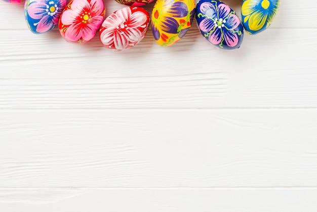 Recolección de huevos de colores.
