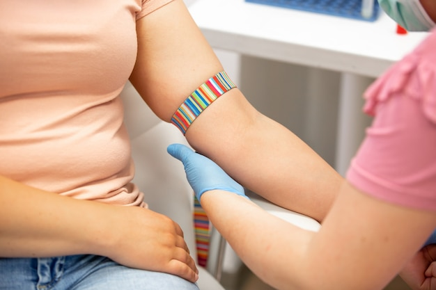 Recolección de sangre, enfermera extrayendo sangre de una vena, concepto médico y sanitario