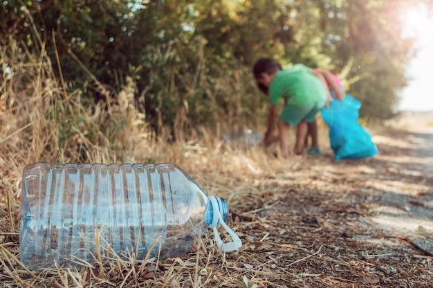 Recolectando basura en el parque