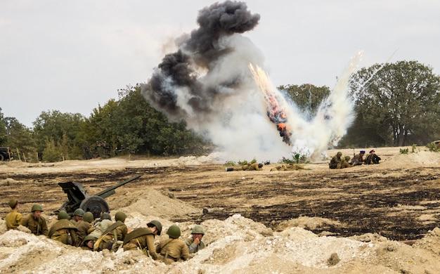 Reconstrucción de la batalla de la segunda guerra mundial. batalla por sebastopol. reconstrucción de la batalla con explosiones.