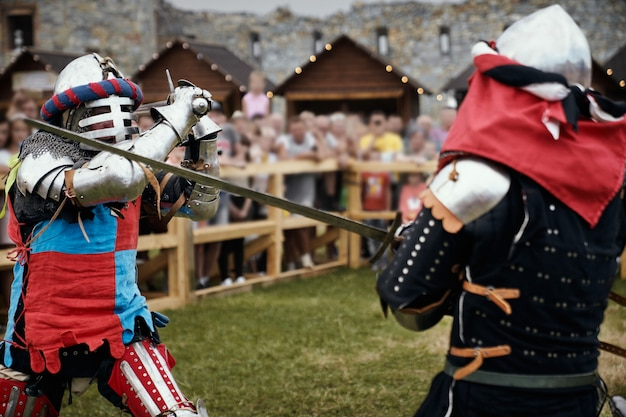 Reconstrucción de caballeros pelea con espadas