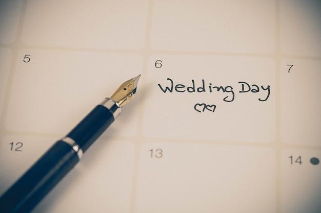 Recordatorio día de la boda en planificación de calendario y fuente