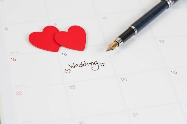 Recordatorio día de la boda en la planificación del calendario y pluma estilográfica con tono de color.
