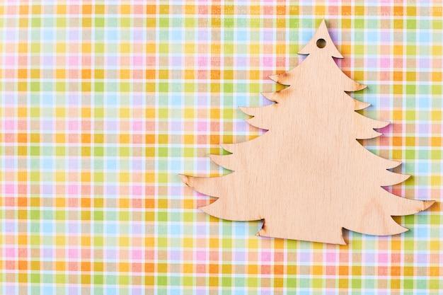 Recorta el árbol de navidad de madera.