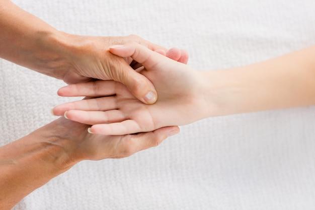 Recortada masajista masaje mano de mujer