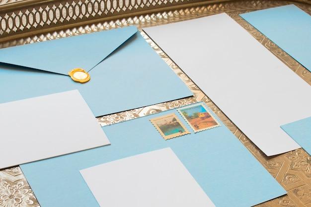 Recortar una composición acogedora con papeles de colores