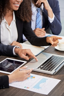 Recortar empresarios usando laptop