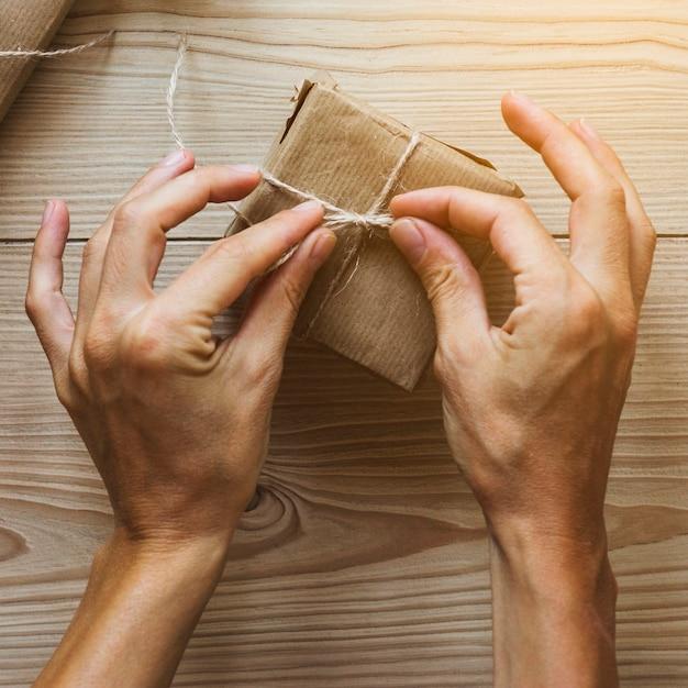 Recortar las manos atando el presente
