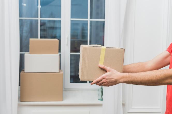 Recortar las manos con paquetes