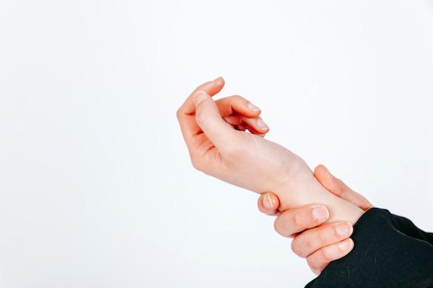 Recortar mano tensa en blanco