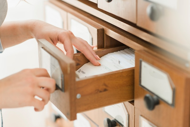 Recortar las manos buscando la tarjeta en el cajón