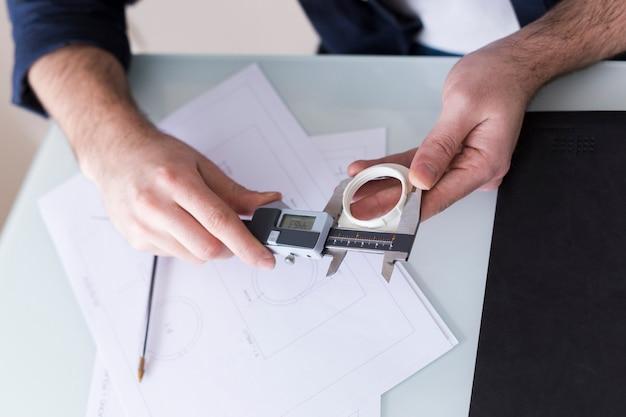 Recortar las manos con un dispositivo de medición