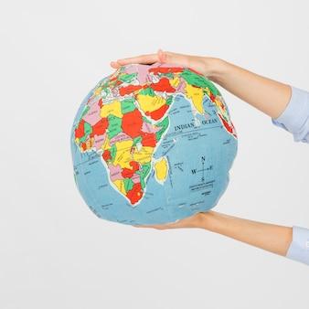 Recortar las manos con globo