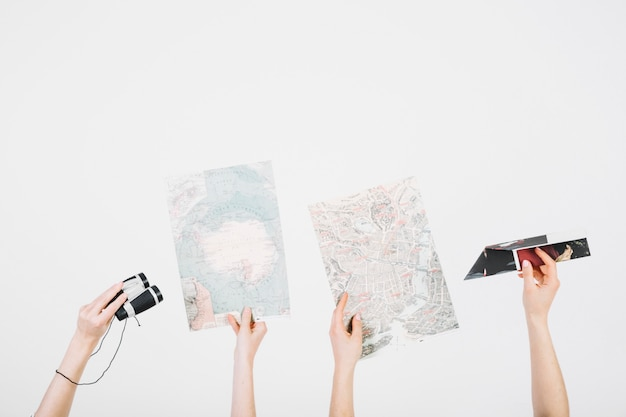 Recortar manos con mapas y binoculares