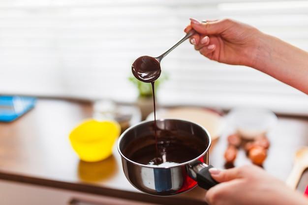 Recortar las manos con salsa de chocolate
