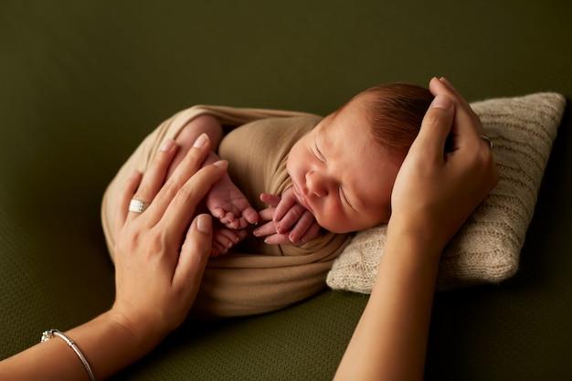 Recortar manos tocando bebé
