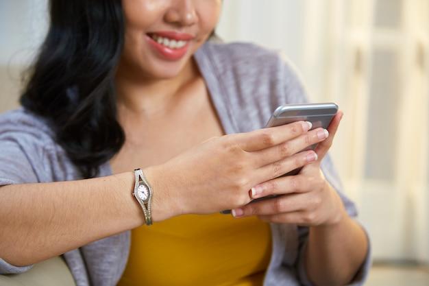 Recortar mujer filipina con smartphone