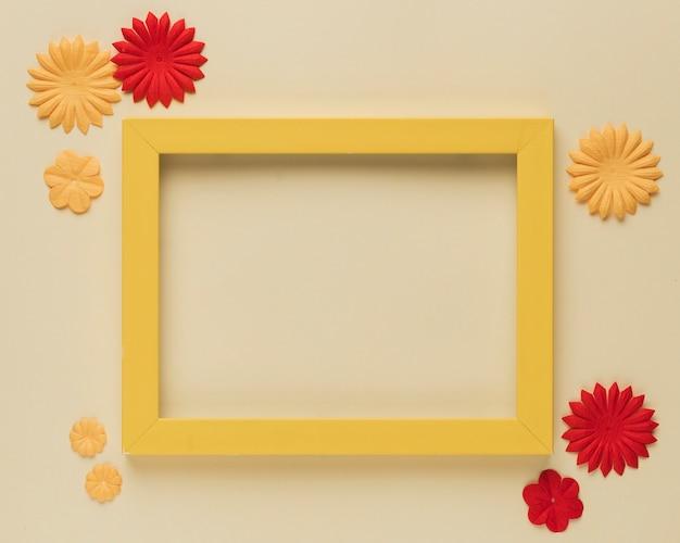 Recorte de flor de papel hermoso y borde de marco de madera sobre fondo beige