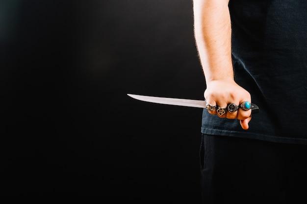 Recorte la mano masculina con un cuchillo