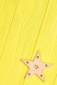 Recorte la silueta de madera de la estrella, copie el espacio.