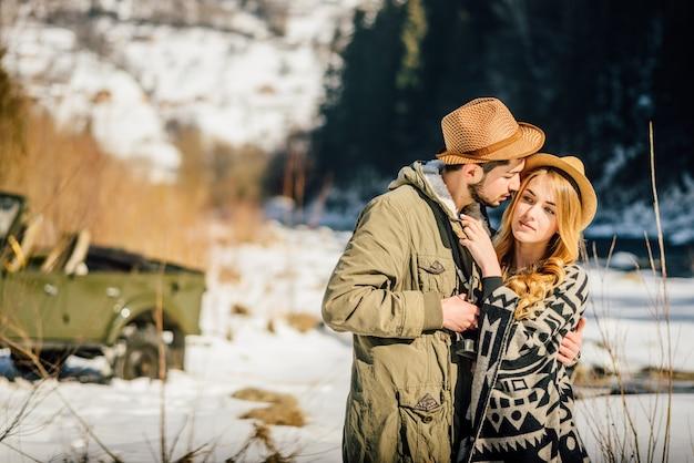 Recreación de novio y novia, diversión juntos viajes, al aire libre