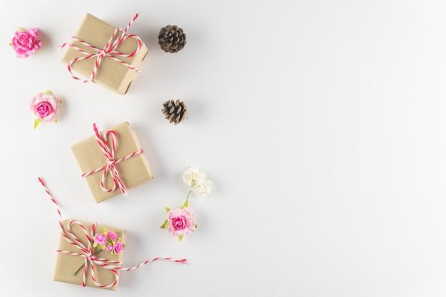 Rectángulo de regalo aislado en el fondo de madera blanco de la textura