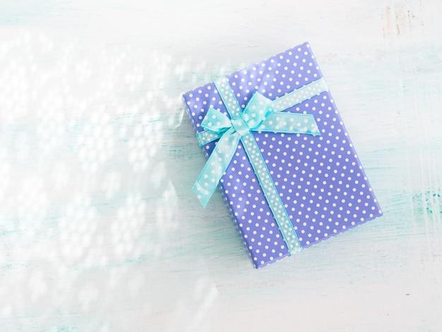 Rectángulo de regalo azul con el fondo del pastel de la cinta. dia del padre