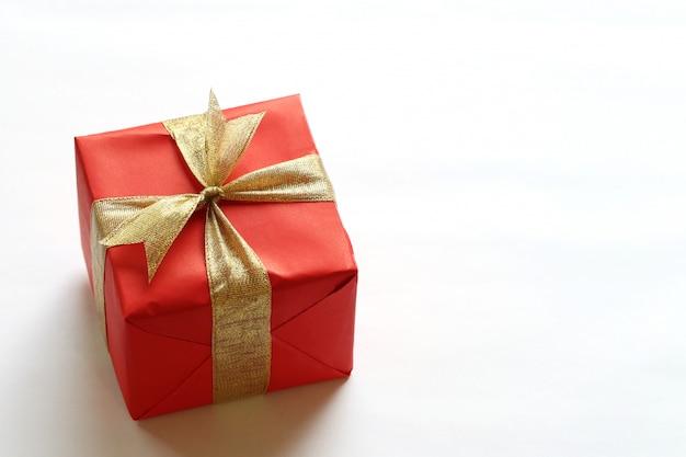 Rectángulo de regalo rojo aislado en el fondo blanco.