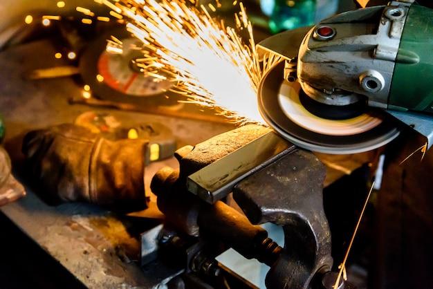 Rectificadora de metal de corte, chispa.